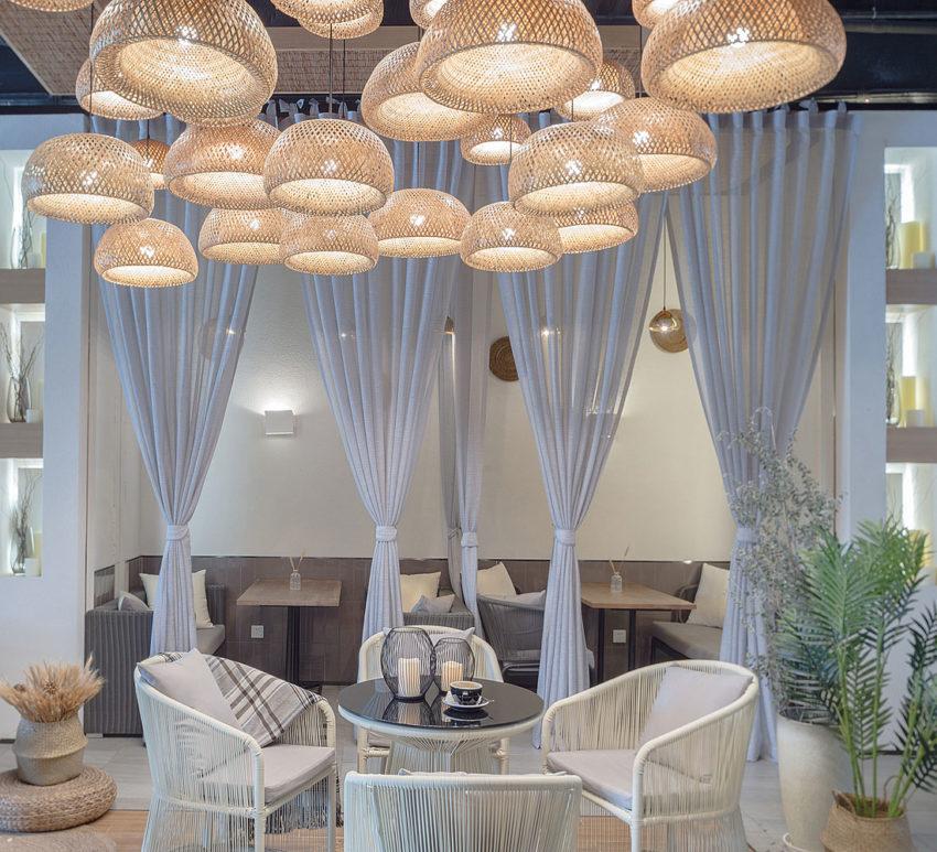 میز قهوه خوری فضای دلنشین با چراغهای آویز در سقف