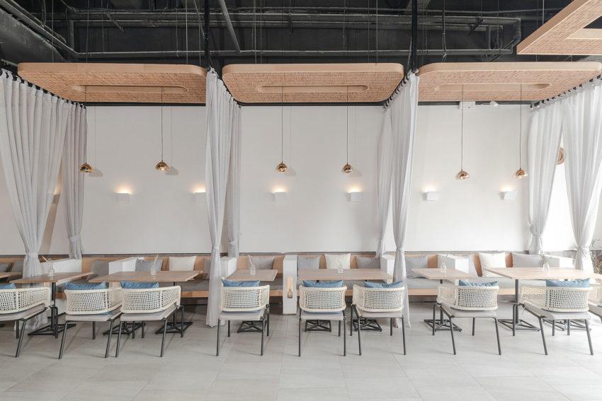 میز و صندلی های تکرار شده در عین حال نرم و آرامش بخش