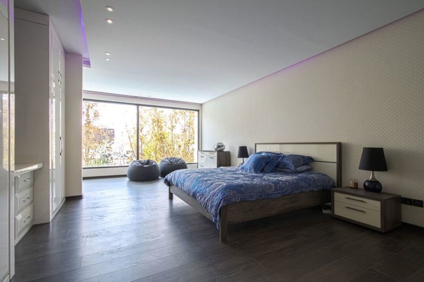 اتاق خواب با کمد های چوبی