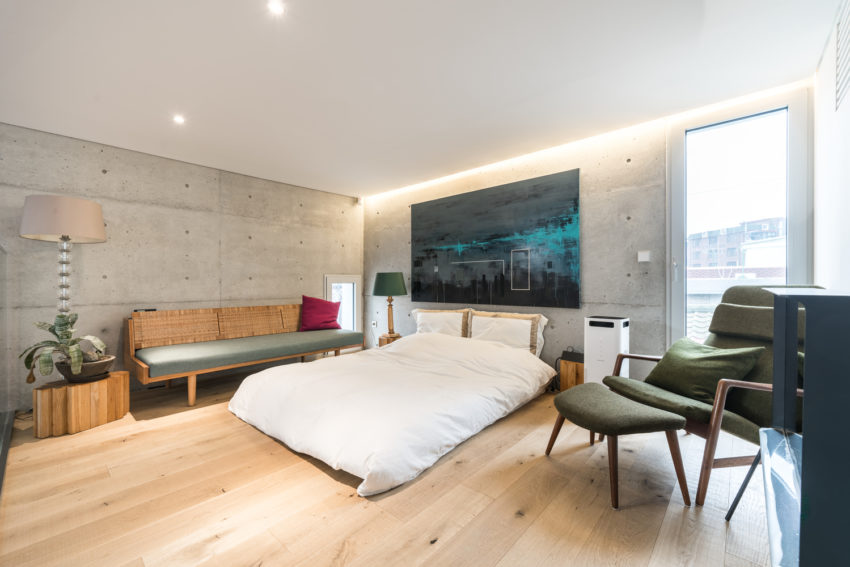 اتاق خواب با کف چوبی و دیوارهای بتونی