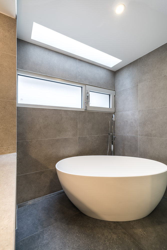 حمام مدرن با وان سفید