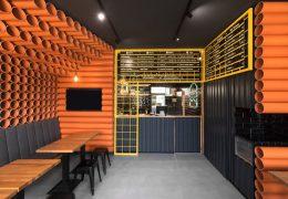 تازه های معماری طراحی پوشش دیوارهای رستوران برگر با 300 لوله پی وی سی نارنجی